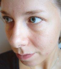 kobieta po testowaniu kosmetyków
