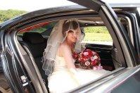 panna młoda w aucie weselnym