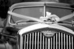 auto z dekoracjami ślubnymi